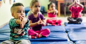 Turma de alunos do CEI (Centro de Educação Infantil) Lar de Crianças Ananda Marga durante a aula de ioga, que acontece uma vez por semana. A prática faz parte de uma série de atividades que buscam desenvolver aspectos físicos e emocionais. A creche fica no Jardim Peri, zona norte de São Paulo, e atende 111 crianças de zero a 3 anos