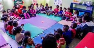 """Alunos do CEI (Centro de Educação Infantil) Lar de Crianças Ananda Marga participam do """"círculo do amor"""", uma acolhida """"zen"""" antes do café da manhã. A creche fica no Jardim Peri, zona norte de São Paulo, e atende 111 crianças de zero a 3 anos Leonardo Soares/UOL"""