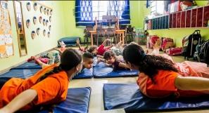 Os alunos do CEI (Centro de Educação Infantil) Lar de Crianças Ananda Marga têm aula de ioga uma vez por semana. ?Vemos muitos casos de violência doméstica e de pais que estão presos, então a creche precisa ser um espaço de acolhimento para essas crianças?, afirma a diretora Silvia Helena de Oliveira Leonardo Soares/UOL