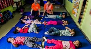 Turma de alunos do CEI (Centro de Educação Infantil) Lar de Crianças Ananda Marga durante a aula de ioga, que acontece uma vez por semana. A prática faz parte de uma série de atividades que buscam desenvolver aspectos físicos e emocionais. A creche fica no Jardim Peri, zona norte de São Paulo, e atende 111 crianças de zero a 3 anos Leonardo Soares/UOL