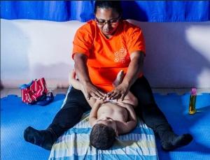 Aluno do berçário do CEI (Centro de Educação Infantil) Lar de Crianças Ananda Marga durante a shantala, uma massagem indiana. A creche fica no Jardim Peri, zona norte de São Paulo, e atende 111 crianças de zero a 3 anos Leonardo Soares/UOL